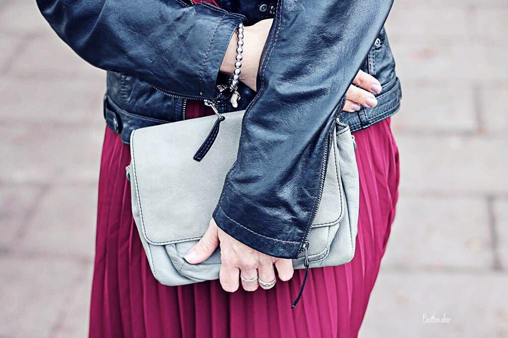CASTLEMAKER Lifestyle-Blog - NEW LOOK: Plisseerock midi kombinieren - Lederjacke New Look, Fashion, mode Faltenrock, rot