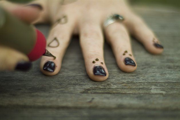 How to do Henna Tattoos Great for Parties is part of Diy henna, Henna tattoo, Henna paint, Henna, How to do henna, Henna art - Henna tattoos are perfect for summertime  They are natural, they are beautiful, they are temporary, and one batch of henna goes a long way!