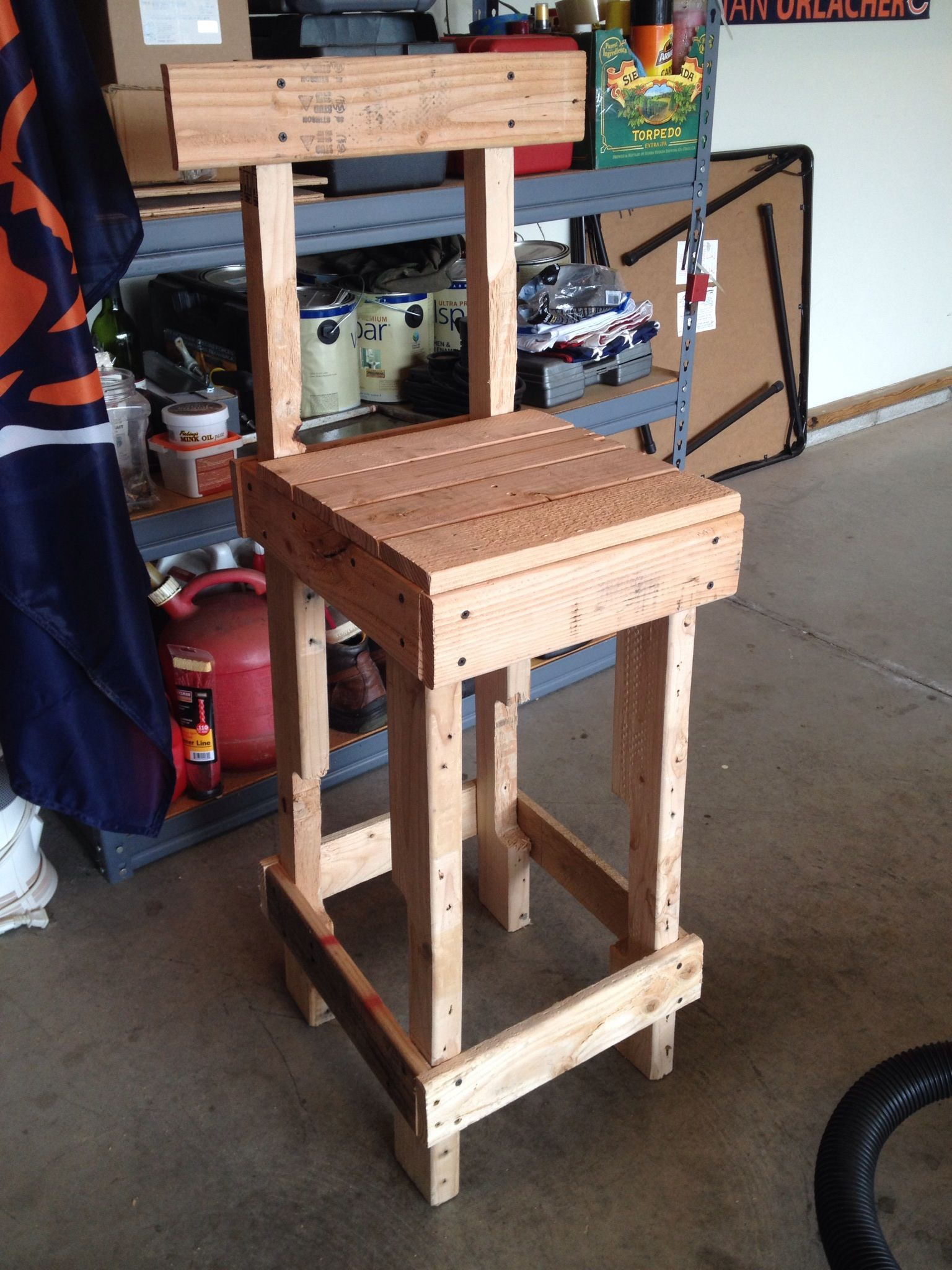 Diy Holzmöbel Upcycled A Couple Of Pallets Into A Bar Stool Holzmöbel