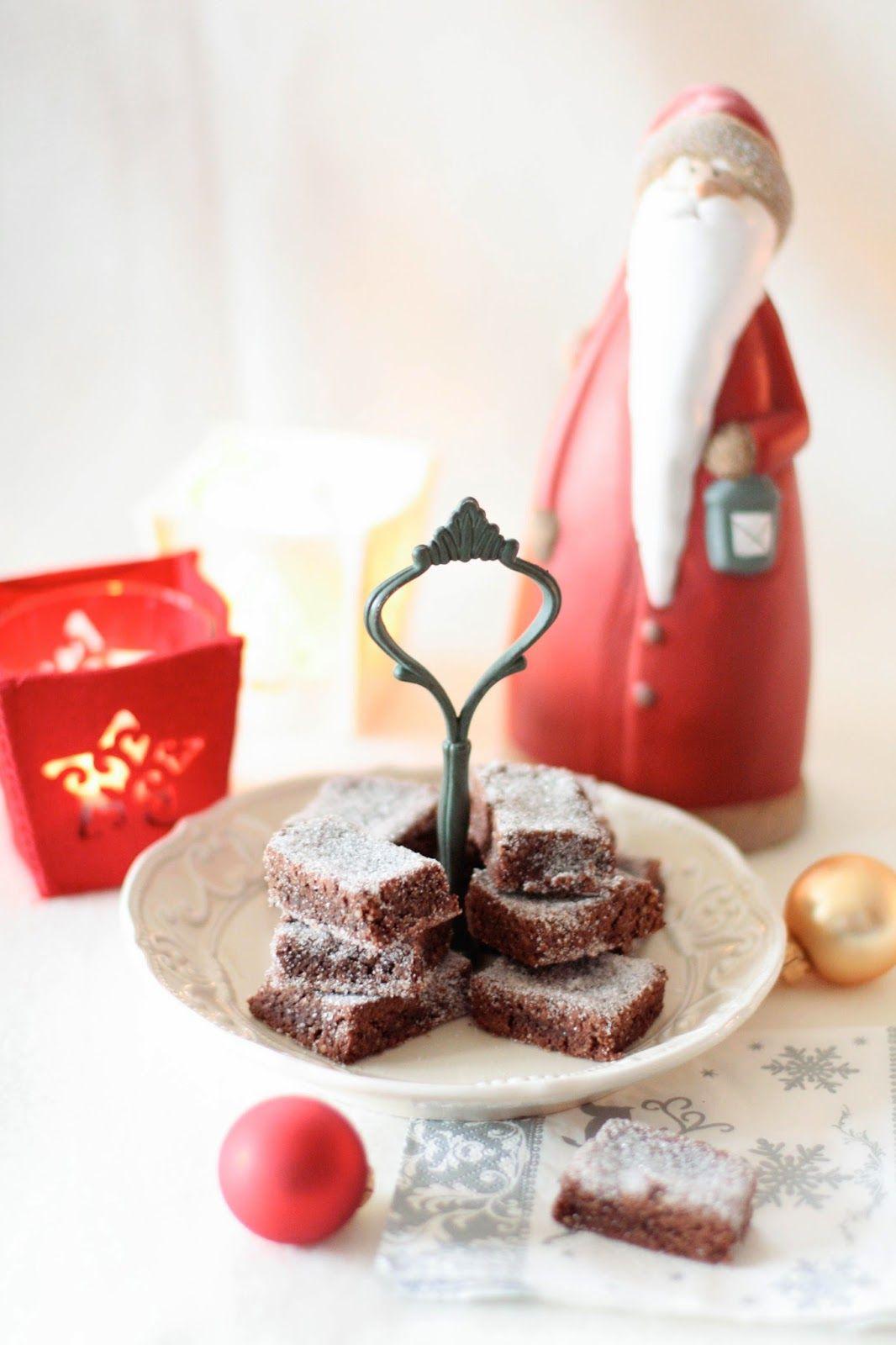 Une idée supplémentaire si jamais vous avez épuisé votre stock de bredele et que vous avez envie d'en refaire quelques uns ! Ces biscuits se rapprochent des Zimtsterne, et je rejoins l'avis de Loukoum chez qui j'ai pioché la recette : ils font partie de mes bredele préférés ! Brunsli Source : Bredele de Noël des boulangers d'Alsace 250g de sucre glace 250g de poudre d'amande 40g de cacao non sucré 75g de blanc d'œuf (soit 2-3 œufs selon leur taille) ½ cuillère à café d...