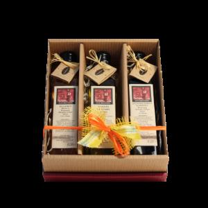 Geschenkkarton Essig und Öl  -  Dieser Geschenkkarton beinhaltet je eine 0,25 ltr.-Flasche mit Balsamico bianco, Aceto Balsamico di Modena und Natives Olivenöl extra. Eine schöne Geschenkidee, ideal auch zum Versenden per Paket. Unsere Geschenksets werden alle liebevoll von Hand verpackt.  Balsamico Bianco (6% Säure), Aceto Balsamico di Modena (6% Säure), natives Olivenöl extra je 0,25 ltr. Säuregehaltje 6%