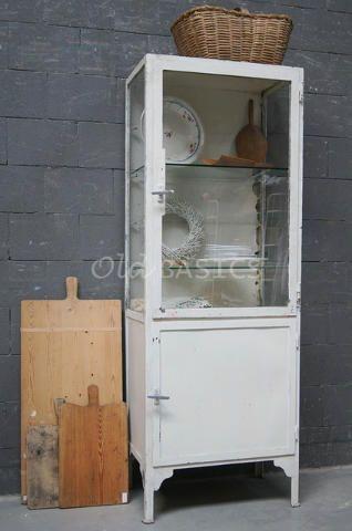 Apothekerskast 10066 - Karaktervolle oude ijzeren apothekerskast. De kast heeft mooie sporen van gebruik en staat op sierlijke hoge poten. Achter de glazen deur twee glazen legplanken.