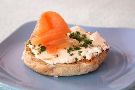 Le toast à dévorer : kiri, saumon, ciboulette sur son muffin ! #Kiri #recette #toast #apero #gourmand #saumon