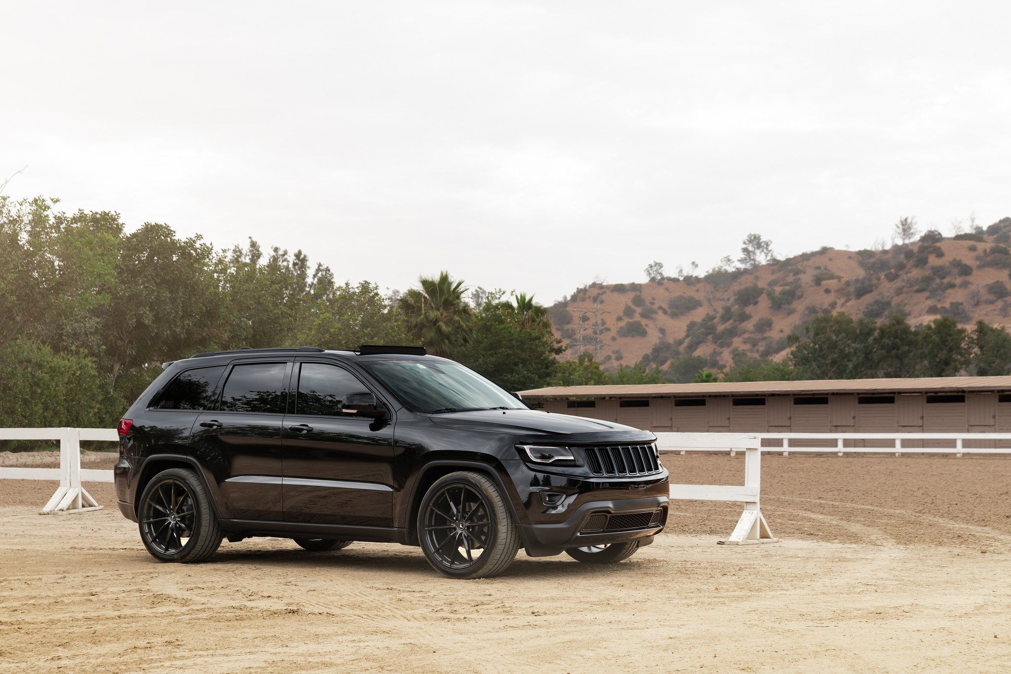 Black Out Styling Reveals The Vip Spirit Of Jeep Grand Cherokee Jeep Grand Jeep Grand Cherokee Jeep Srt8