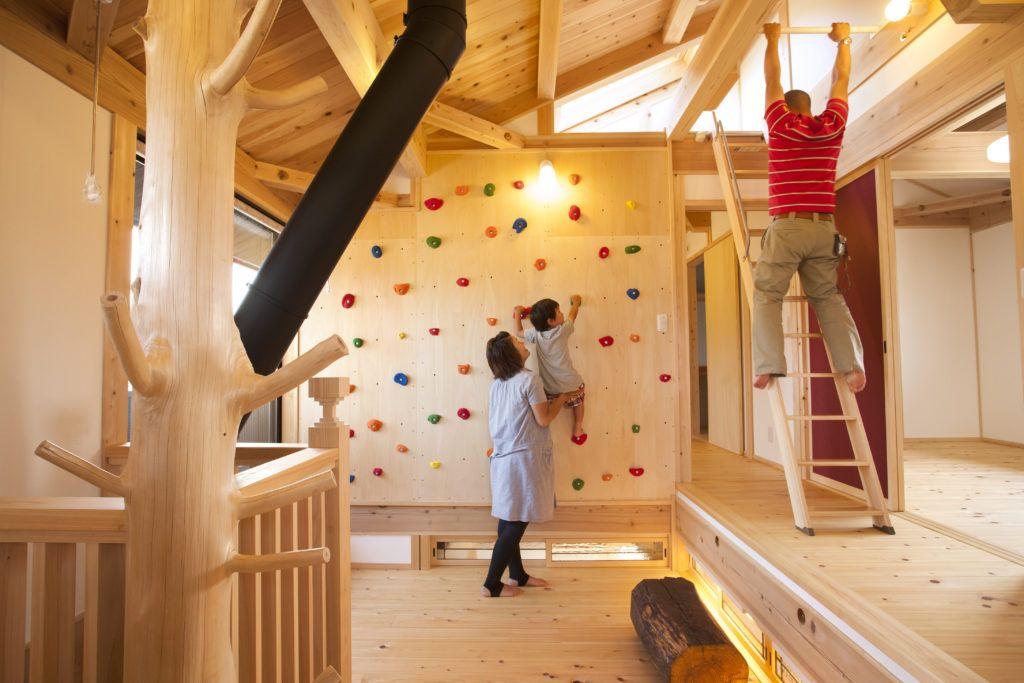 家の中で過ごす時間が長くなりました でも こんな壁が家にあれば 運動も兼ねて親子で過ごせますね 梁にパイプハンガーを等間隔で設置すれば 雲梯 うんてい にもなります
