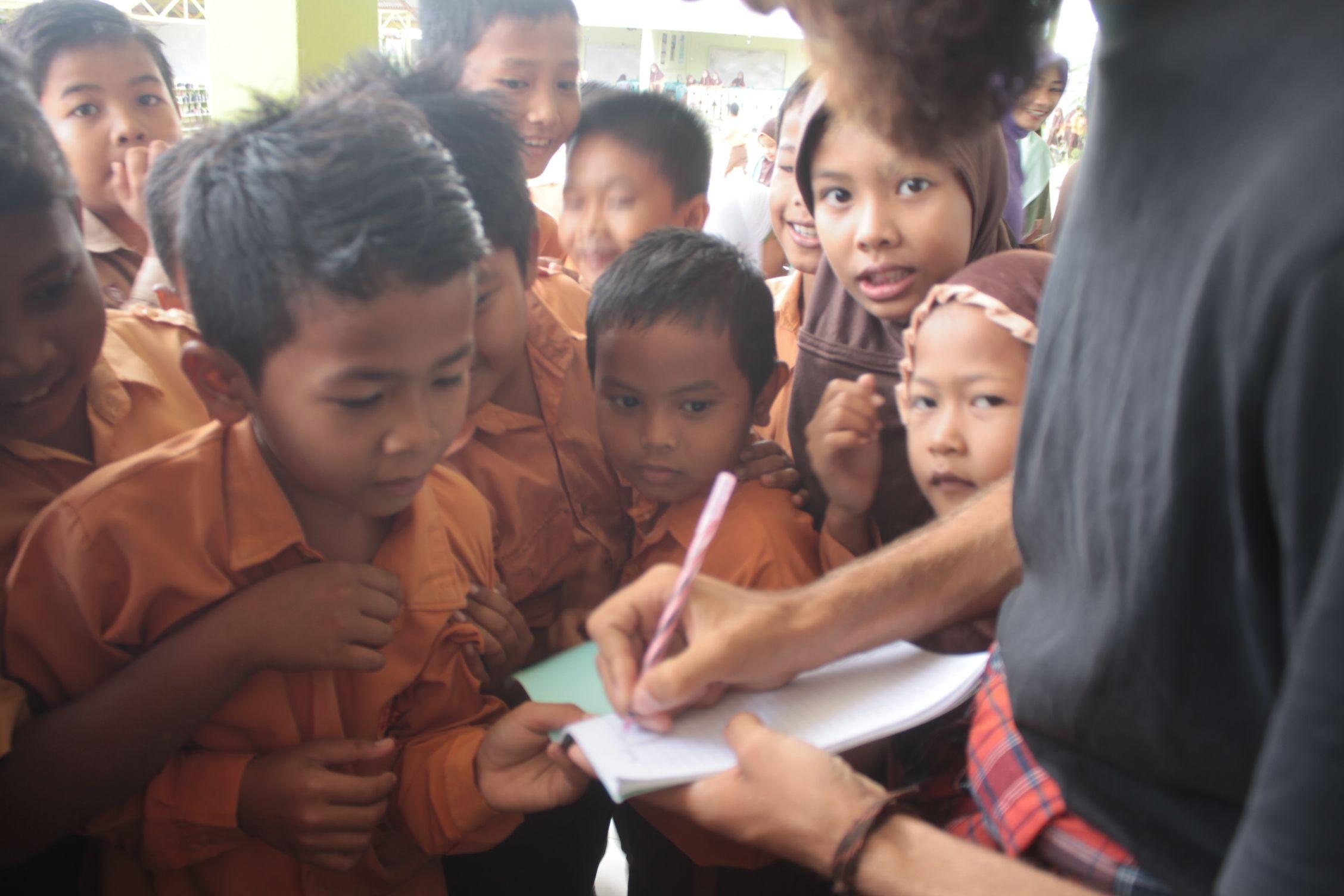 Firmando autografos a los estudiantes