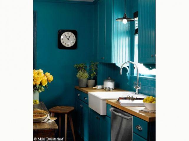 dans cette cuisine le bleu p trole des murs s 39 harmonise parfaitement avec le bois clair des. Black Bedroom Furniture Sets. Home Design Ideas