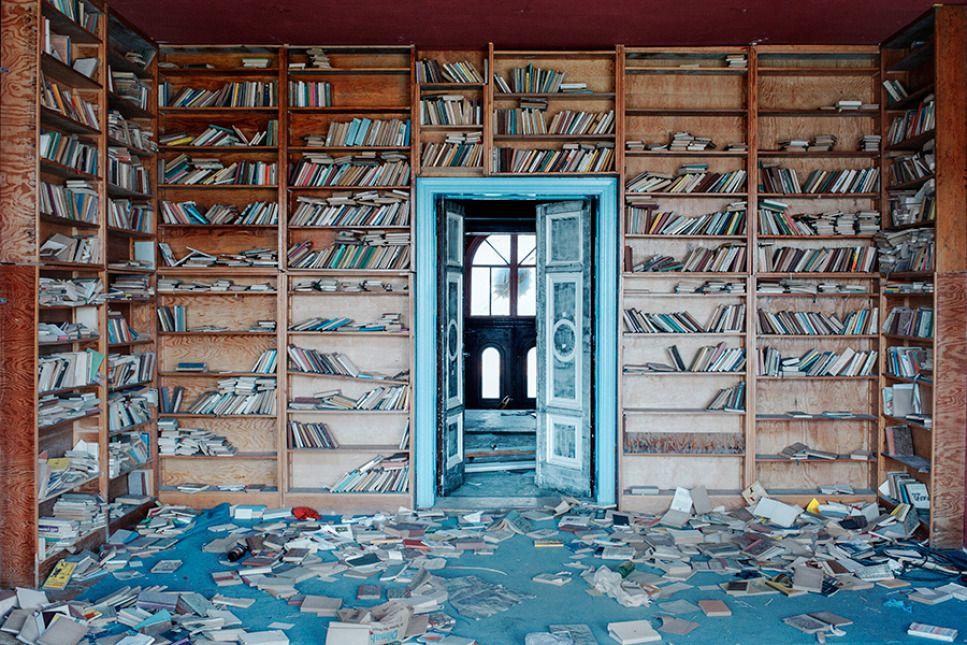 Duża część fotografii pokazuje usuwanie i niszczenie obiektów