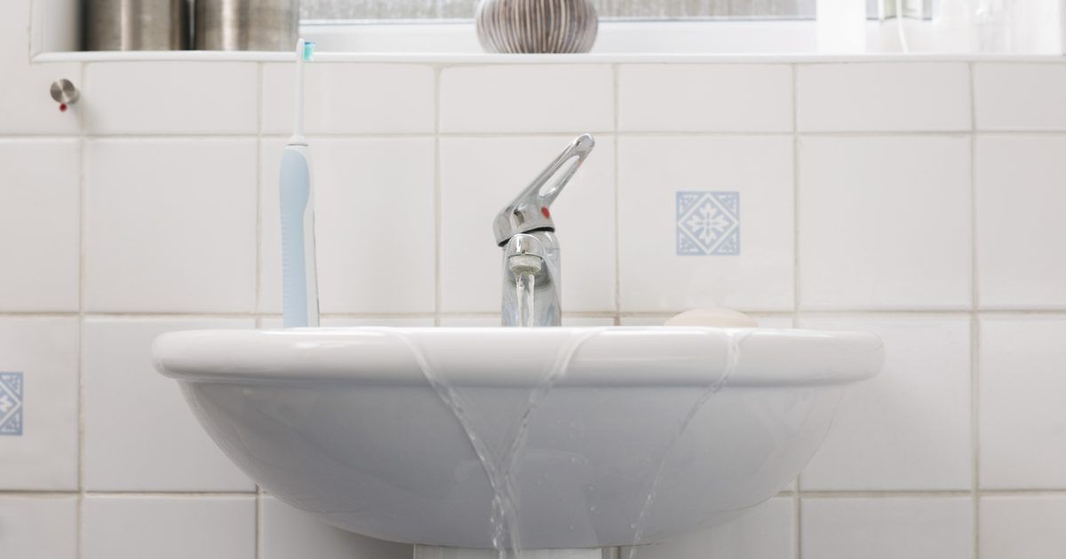 Como reparar uma rachadura em uma banheira ou pia de porcelana