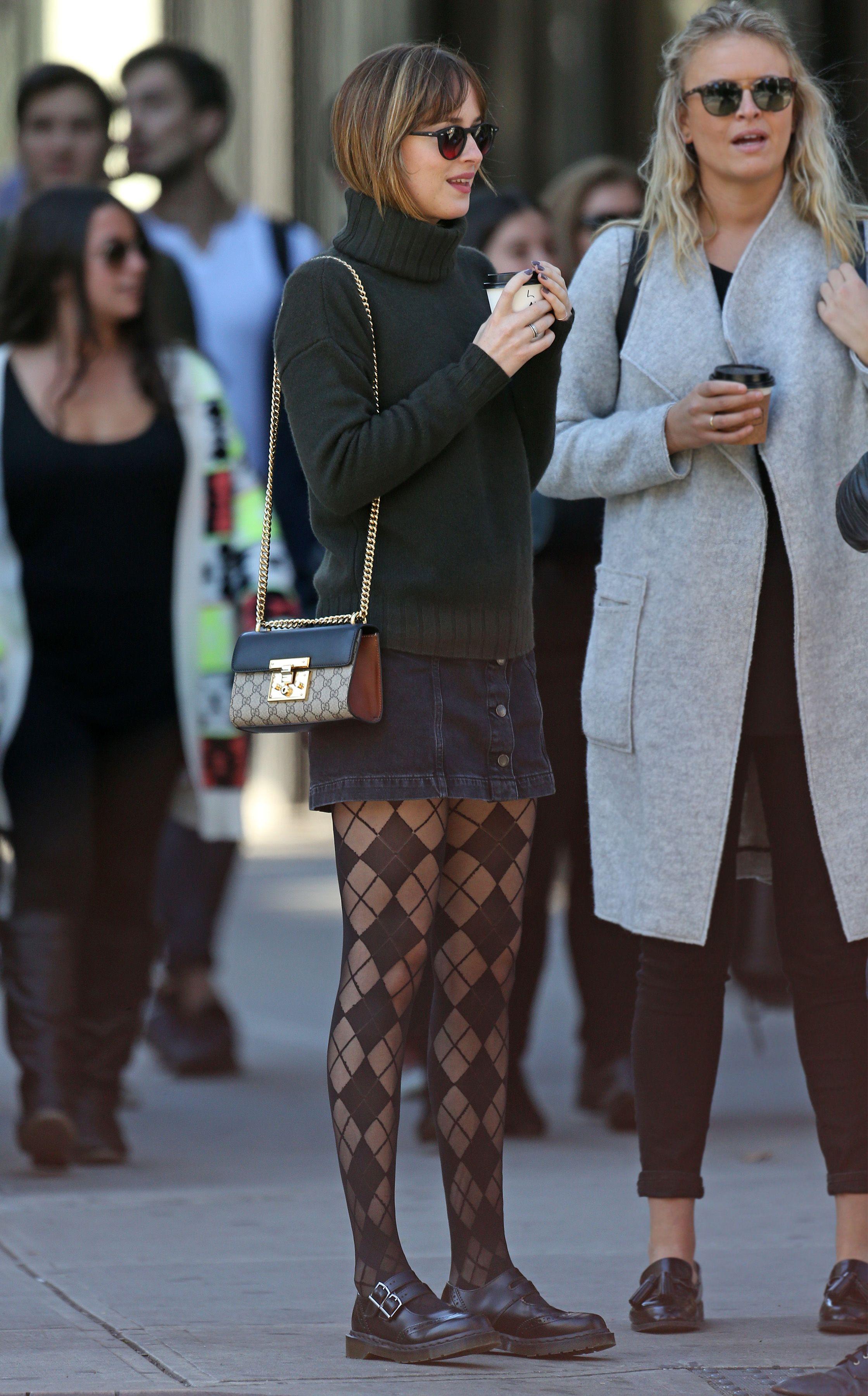 Формула состоит в том, чтобы все остальное  к  принтованным колготкам было  спокойно-гендерно-нейтральное.   Грубый свитер, демократичная юбка,   пансионные ботинки.    А ну-ка оцените,  как крупный, мужской рисунок вдруг сделал  традиционно  сусальные  колготки,  удобоваримыми рядом   с джинсой.