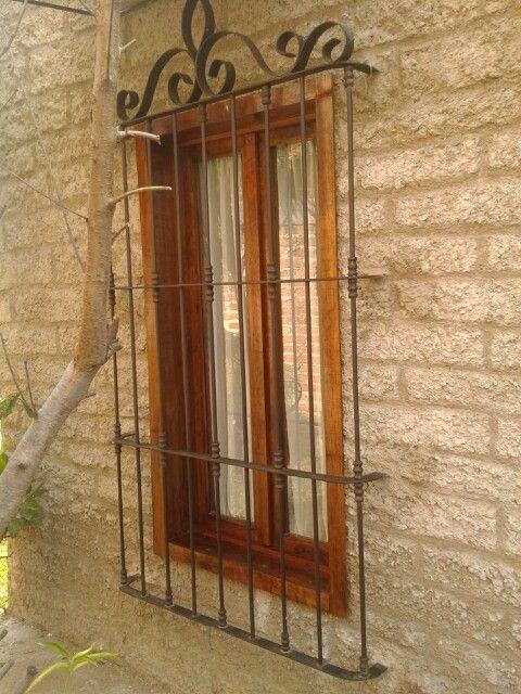 Ventana de madera con forja antigua puertas ventanas y - Rejas de forja antiguas ...