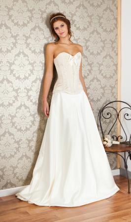 1f94fbe24d Vestido de novia compuesto por dos piezas. El corset esta confeccionado en  raso fuerte satinado