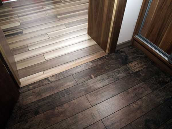 go in two different directions - laminate flooring two rooms meet ...