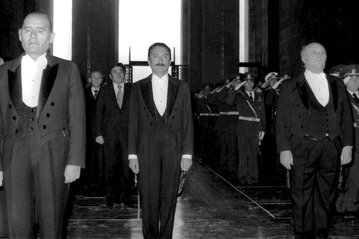 BÜLENT ECEVİT,SÜLEYMAN DEMİREL SENATO BAŞKANI SIRRI ATALAY-Sırrı Atalay (d. 1919, Pasinler, Erzurum, Osmanlı İmparatorluğu - ö. 9 Eylül 1985, Bodrum, Muğla, Türkiye) Türk hukukçu ve siyasetçi, 1950'den 1960'a değin milletvekilliği, 1961'den 1980'e kadar da senatörlük yapan Atalay, Türkiye Cumhuriyeti tarihinin aralıksız en uzun süre görev yapmış parlamenterlerinden biridir. 1977-79 arasında Cumhuriyet Senatosu başkanlığı yapmıştır.