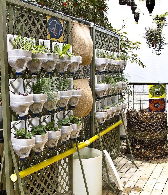 Zaun-Gitter mit Pflanzgefäßen-Ideen für Begrünung und Sichtschutz