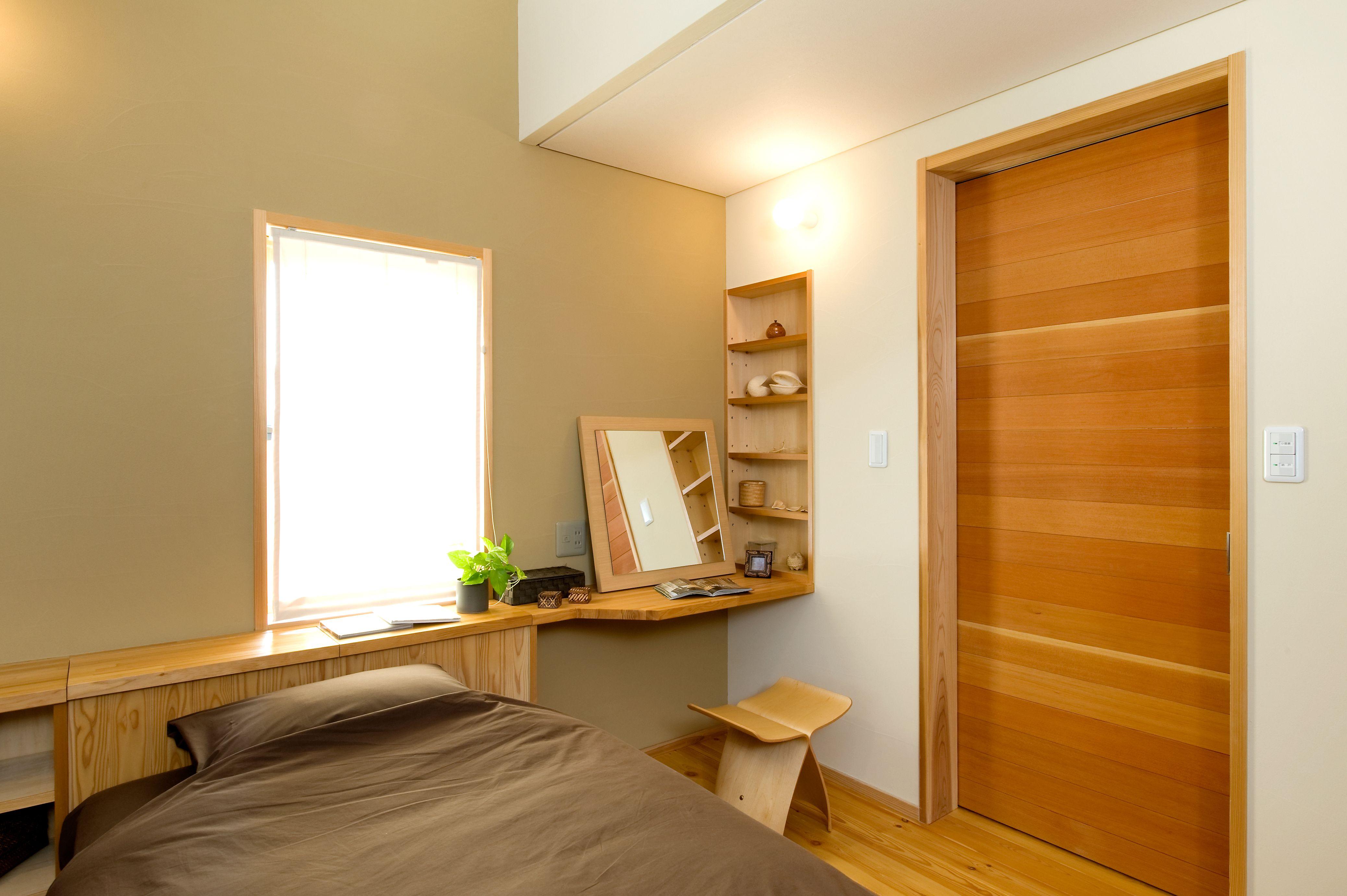 睡眠の質を高める安眠できる主寝室です 造り付け収納は無垢材 壁は