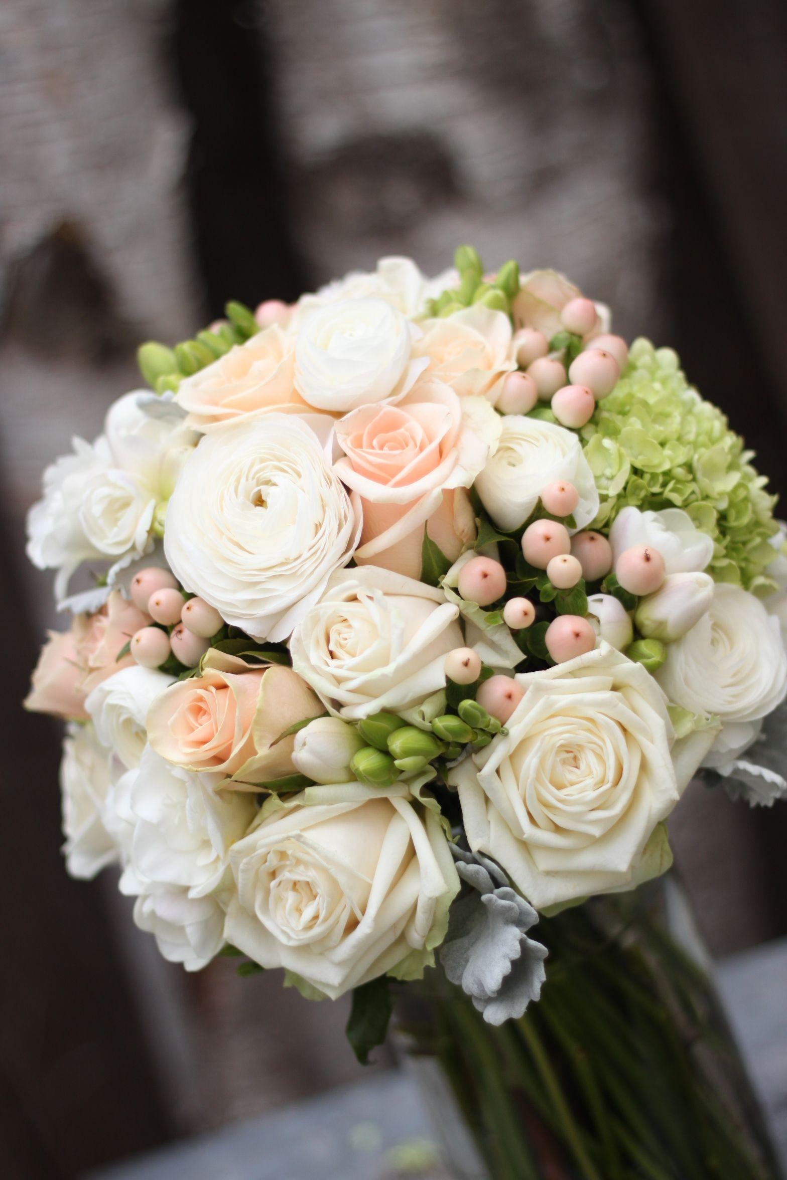 Wedding Flowers Bridal Bouquet With Vintage Tones Of Apricots And Creams Roses Ranunculus And Berri Bouquet Matrimonio Matrimonio Floreale Bouquet Di Nozze