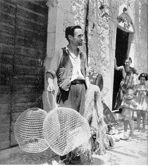 Ψαράς στη Kαρδαμύλλη με την οικογένειά του και τα γιουρτάρια του.
