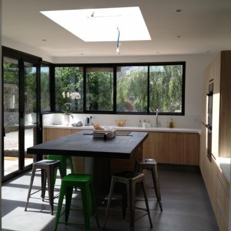 Escalier en b ton sculptural au milieu de l 39 espace dans - Deco piece a vivre avec cuisine ouverte ...