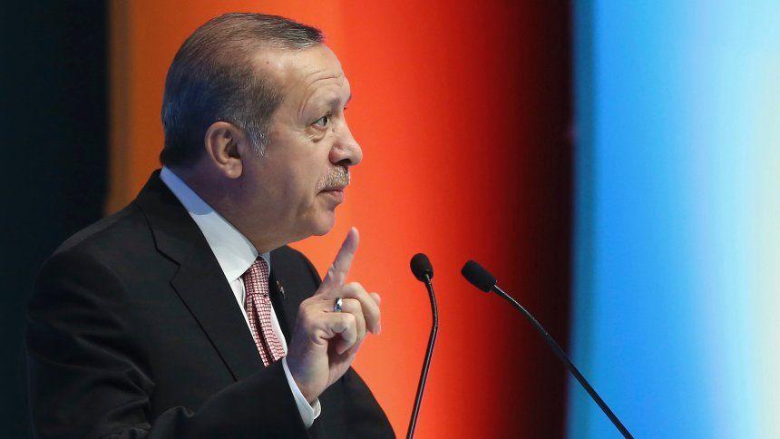 """Erdogan reagiert auf deutsche Kritik """"Diese Terrorplage wird euch wie ein Bumerang treffen"""" Angela Merkel hat die Verhaftungswelle bei der türkischen Zeitung """"Cumhuriyet"""" scharf kritisiert. Nun reagiert Präsident Erdogan."""