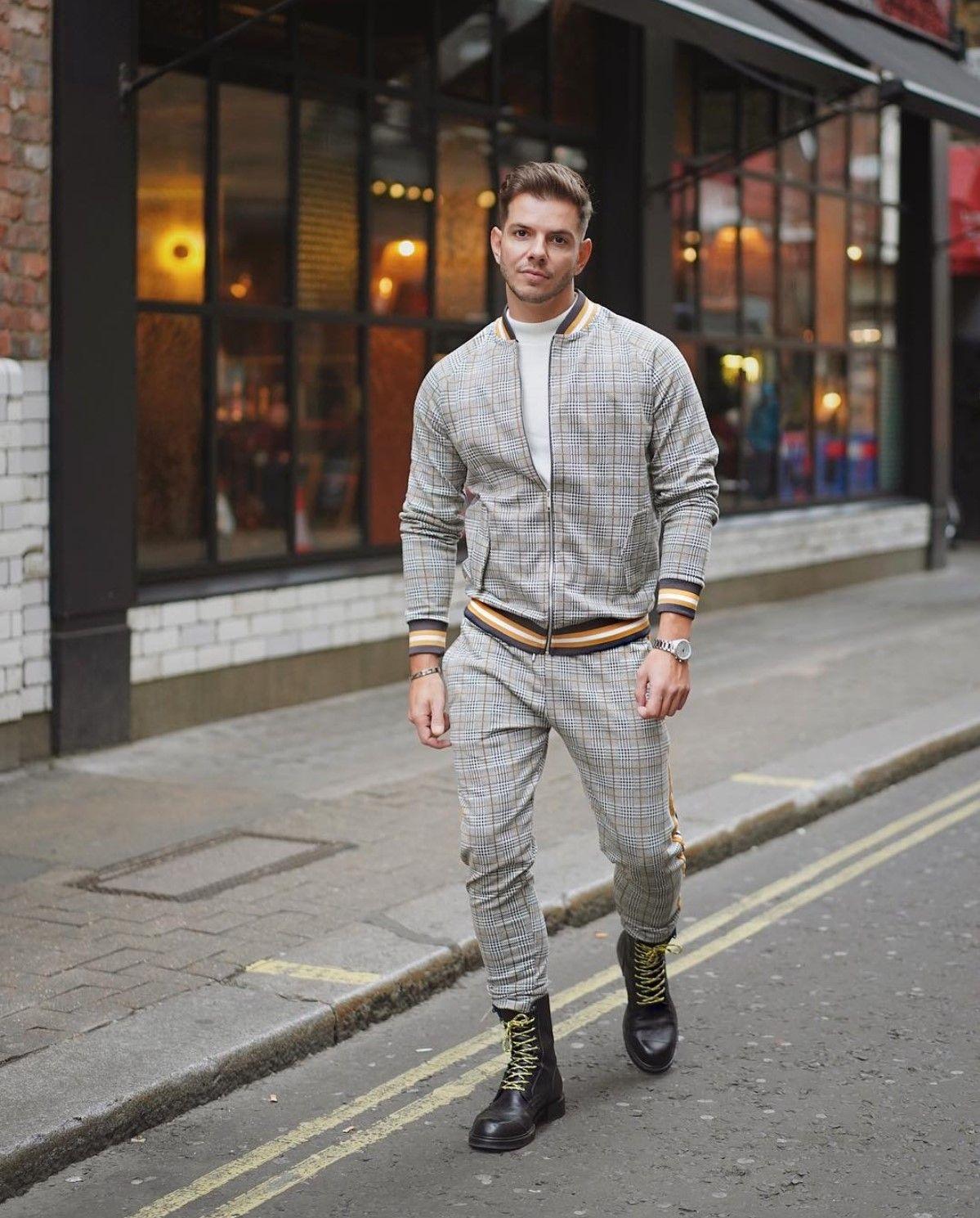 Look masculino com jaqueta bomber e calça jogger em xadrez Príncipe de  Gales. Vejam mais dicas de como usar a jaqueta bomber no blog Marco da Moda  - Foto  ... 3a853df207b26