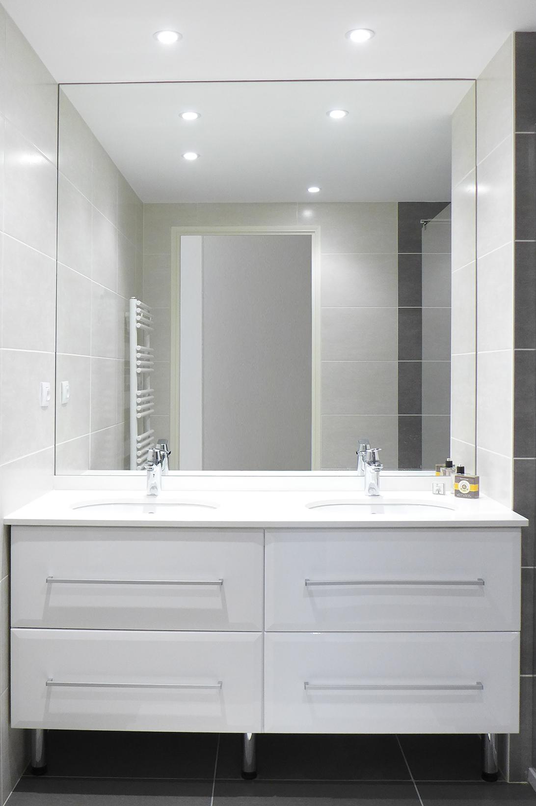 Double vasque de salle de bain dans les tons de blanc, carrelage ...
