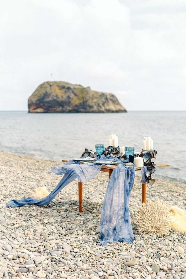 Beach wedding table setting in shades of ocean blue by the beach | fabmood.com #weddingtable #weddingtablescape #tablesetting #beachwedding #beachtablescape #oceanblue #mistyblue #mistygrey