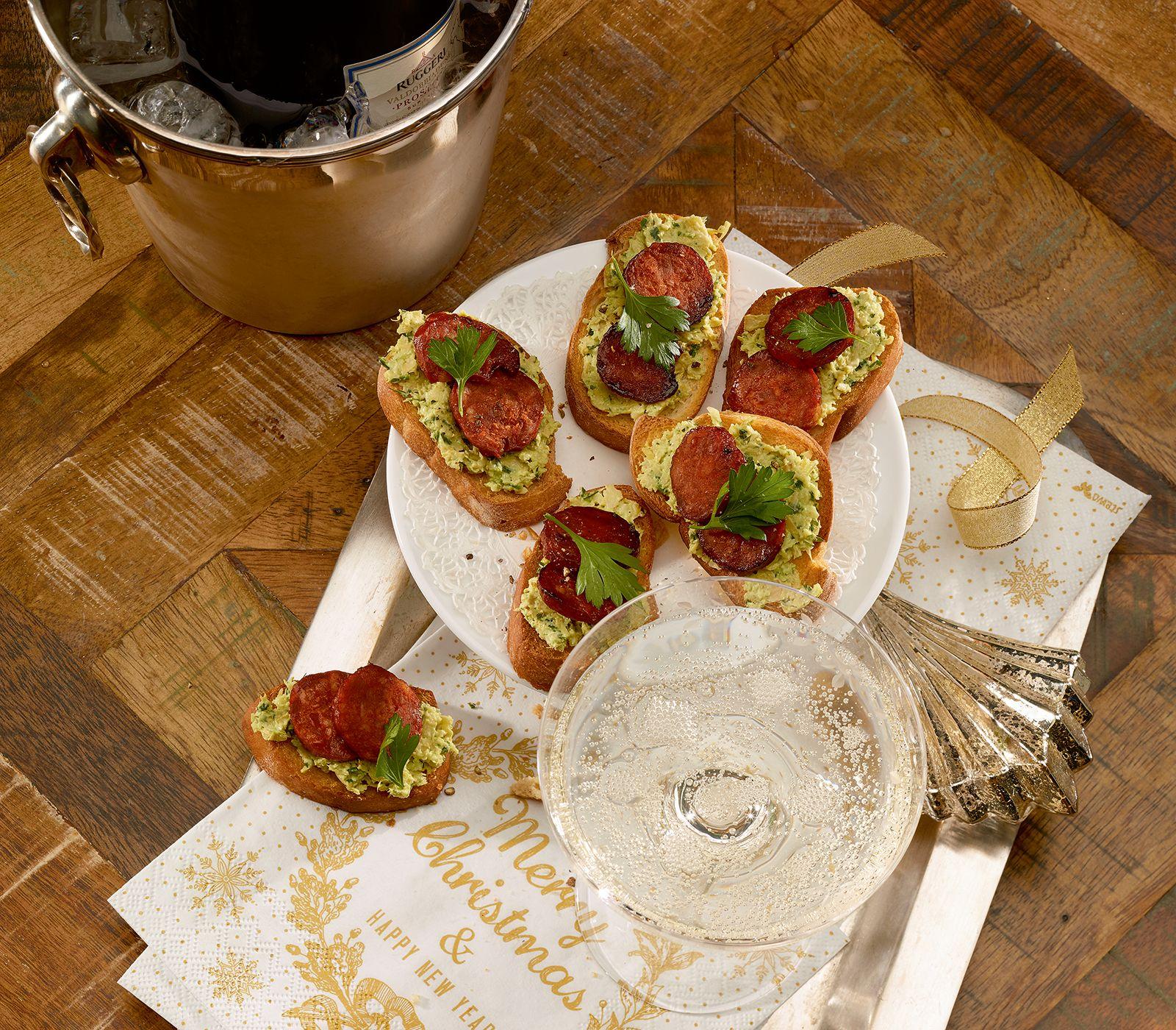Crostini kann man mit verschiedensten Zutaten belegen. Mit einer würzigen Artischocken-Creme und scharfer Chorizo sind sie jedoch ein besonderer Leckerbissen.