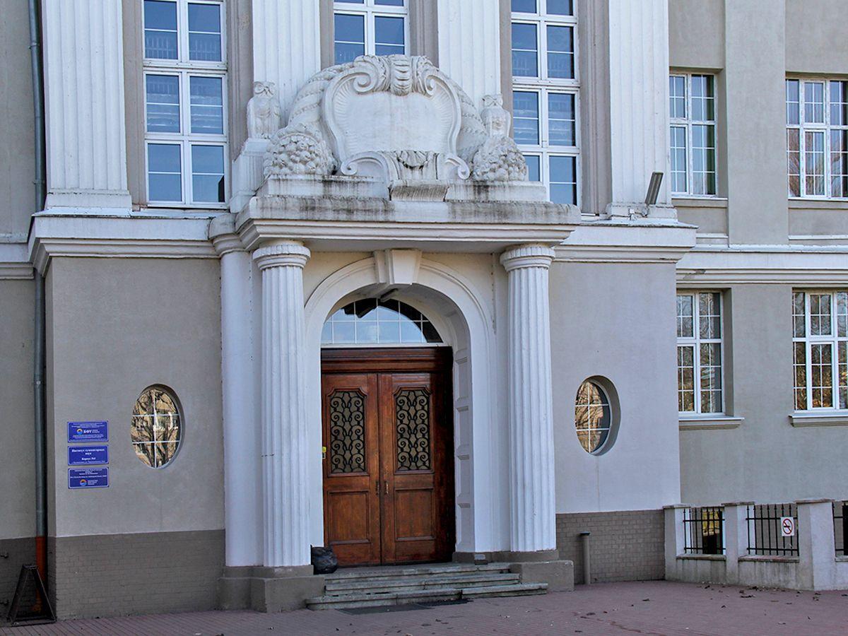 Барельефы над входом в здание