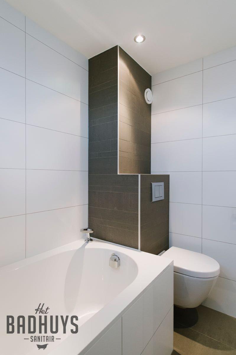 Moderne badkamer combinatie van tegels in wit en grijs   Het Badhuys ...