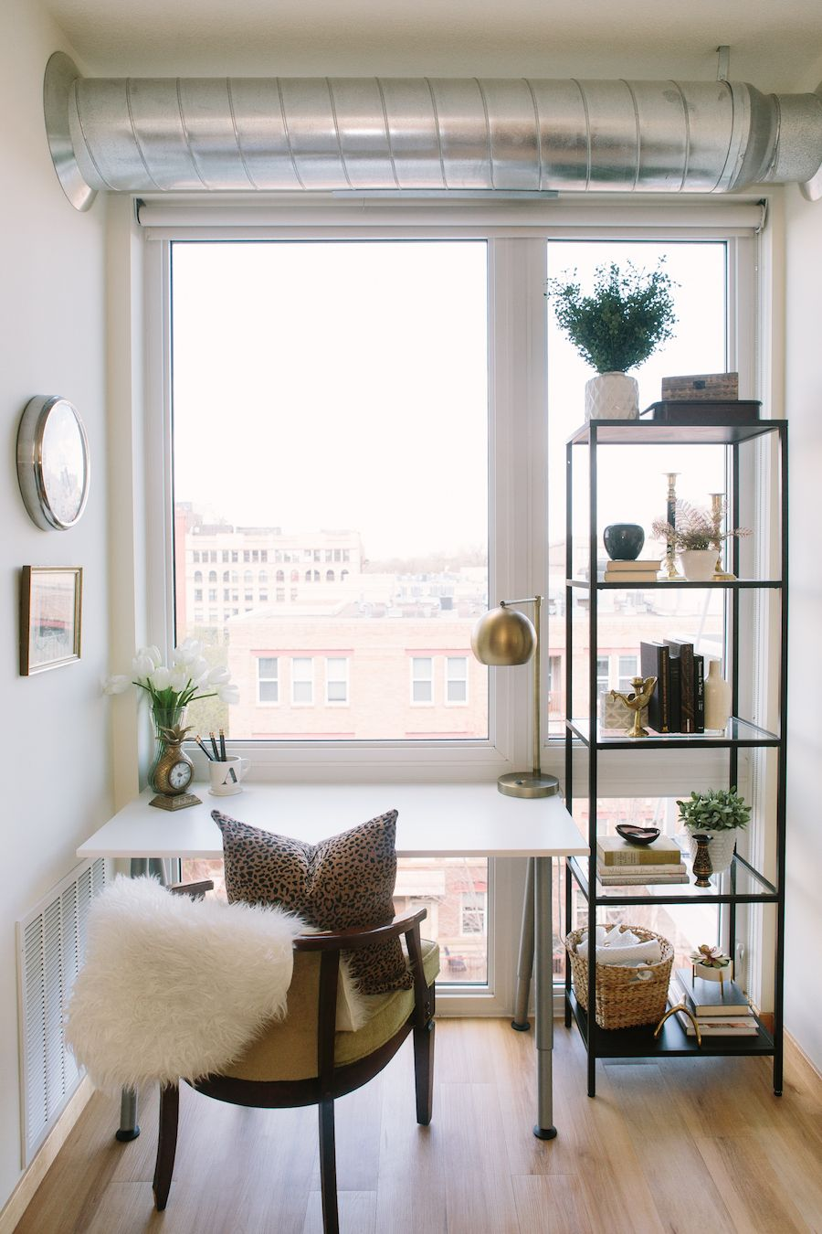 Tiny home office Window Brb This Dreamy Apartment Has Us Packing Our Bags For Minneapolis Small Apartments Small Pinterest Brb This Dreamy Apartment Has Us Packing Our Bags For Minneapolis