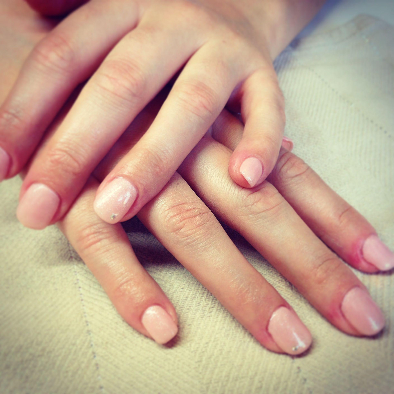 Décoration Des Ongles dedans gel couleur nude scintillant, ongle en gel, décoration avec mini