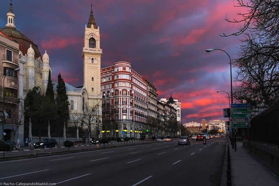 Hoy el atardecer en Madrid ha sido espectacular y a mi me ha pillado en la Calle de Alcalá...lástima que no haber estado subido a una azotea porque lo habría disfrutado mucho.