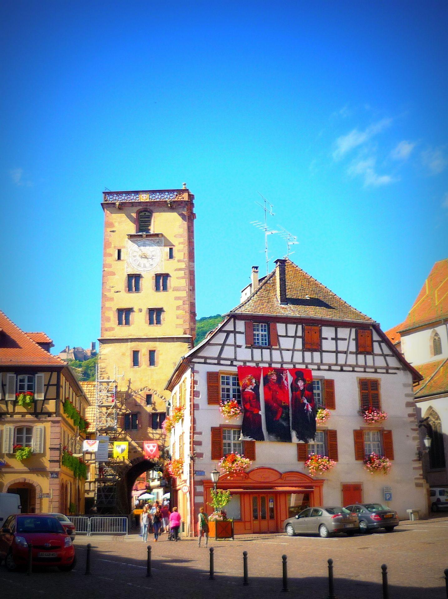 La place de l 39 h tel de ville de ribeauvill et la tour des for Piscine de ribeauville