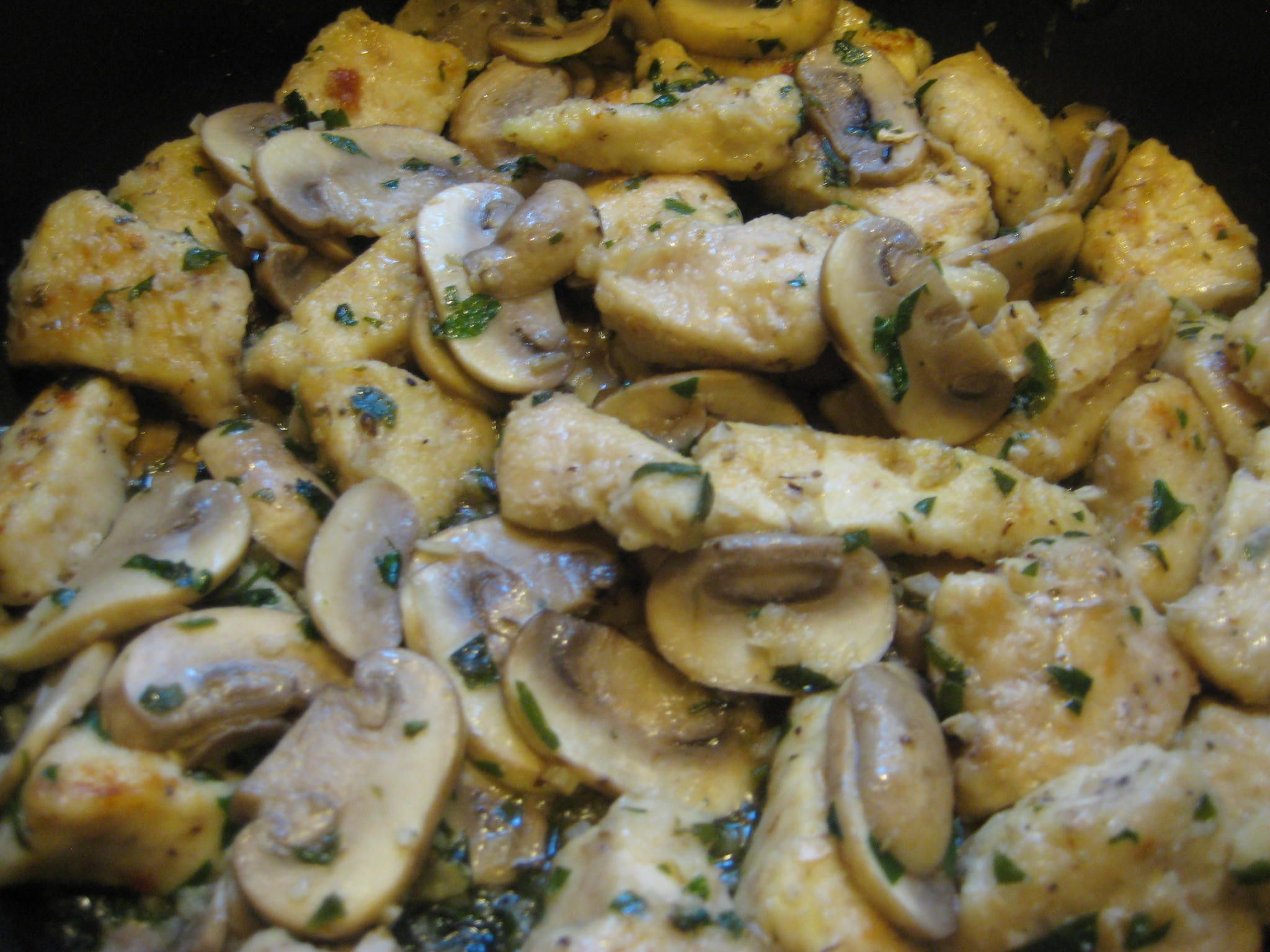 Chicken And Mushrooms In Garlic White Wine Sauce Recipe Recipes Poultry Recipes Food