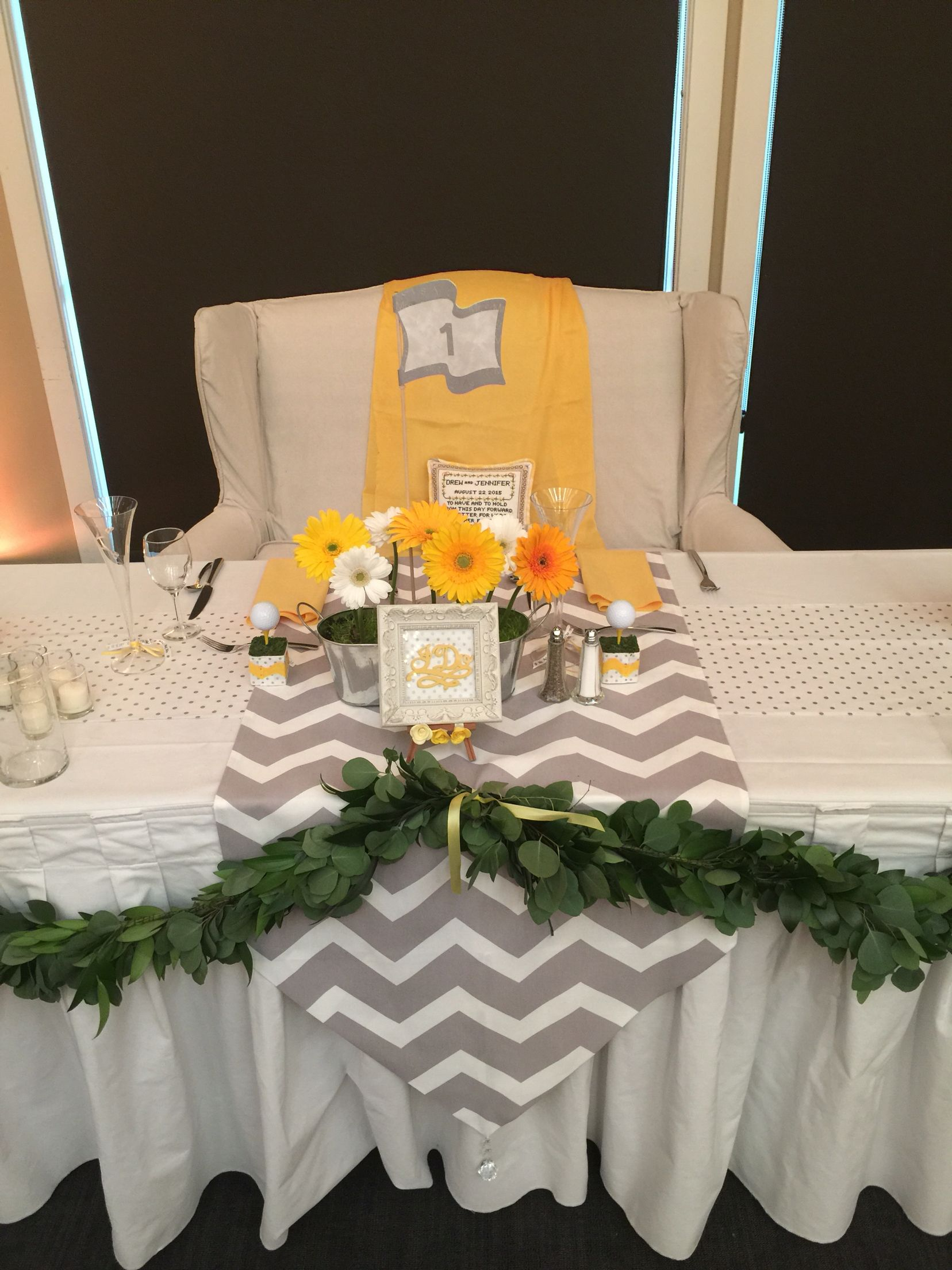 Head table with Satee in yellow and grey.