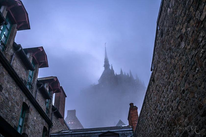 Le Mont Saint-Michel dans la brume. Vincent M Photographe. https://www.facebook.com/photo.php?fbid=834666916559738&set=a.102126403147130.4688.100000493130678&type=1&theater