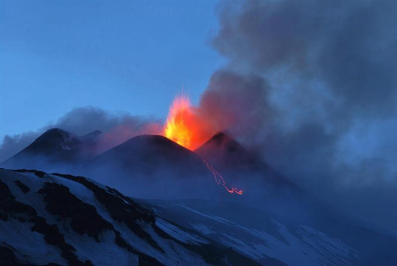 O vulcão Etna entra em erupção na Sicília, Itália. O Etna é um dos vulcões mais ativos da Europa - http://revistaepoca.globo.com//Sociedade/fotos/2013/04/fotos-do-dia-12-de-abril-de-2012.html (Foto: EFE/Davide Caudullo)