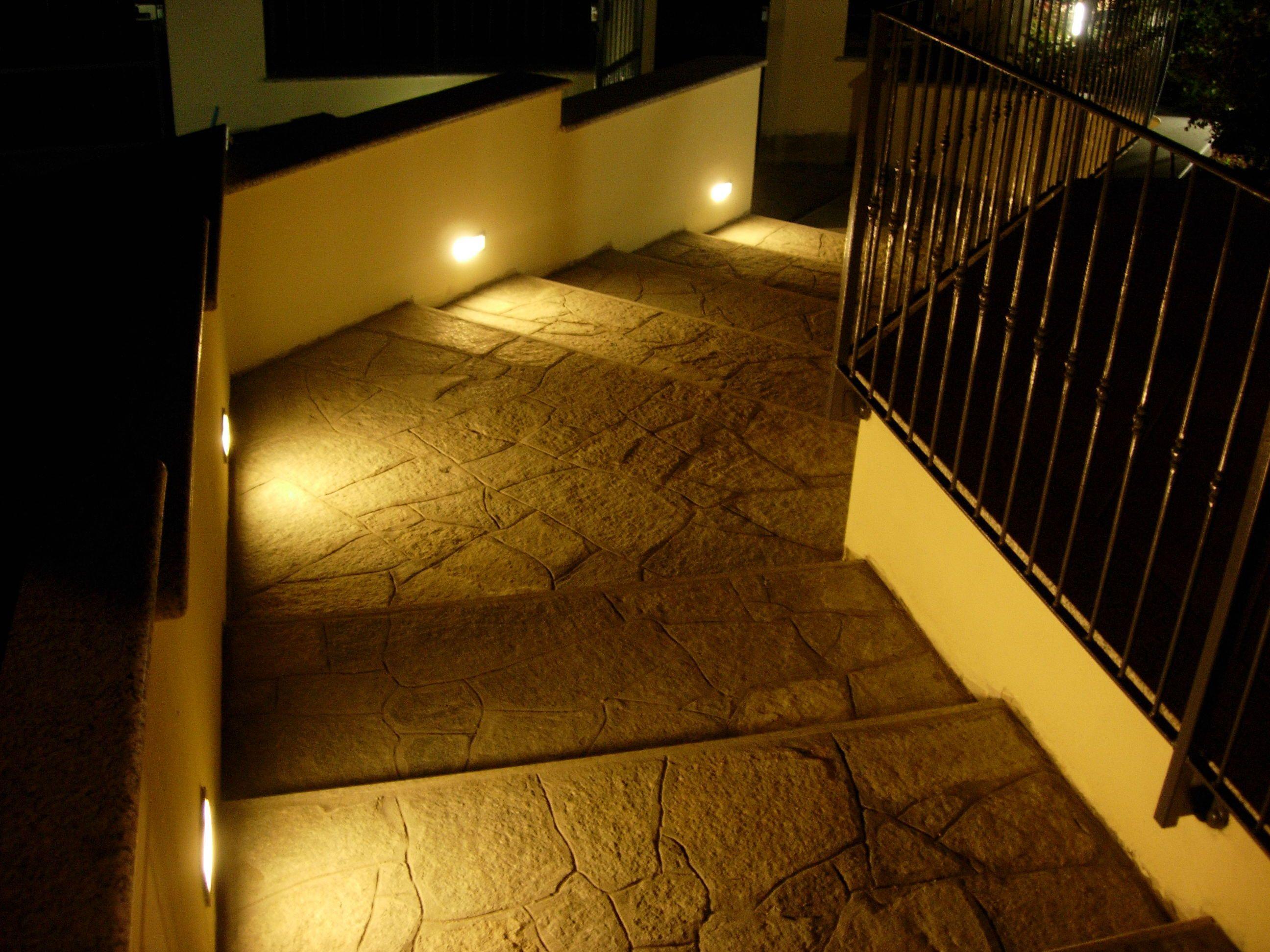Una scala esterna illuminata con segna passo led a luce calda