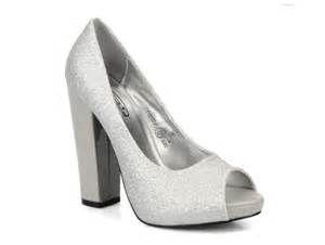 fcf21e122a0 Resultados de la búsqueda de imágenes  zapatos con tacon grueso plateados -  Yahoo Search