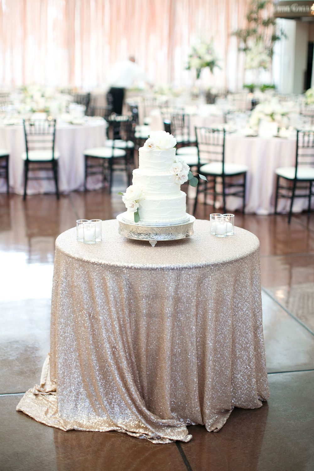 #cake-table, #tablecloth, #sequins Photography: Heather Roth Fine Art