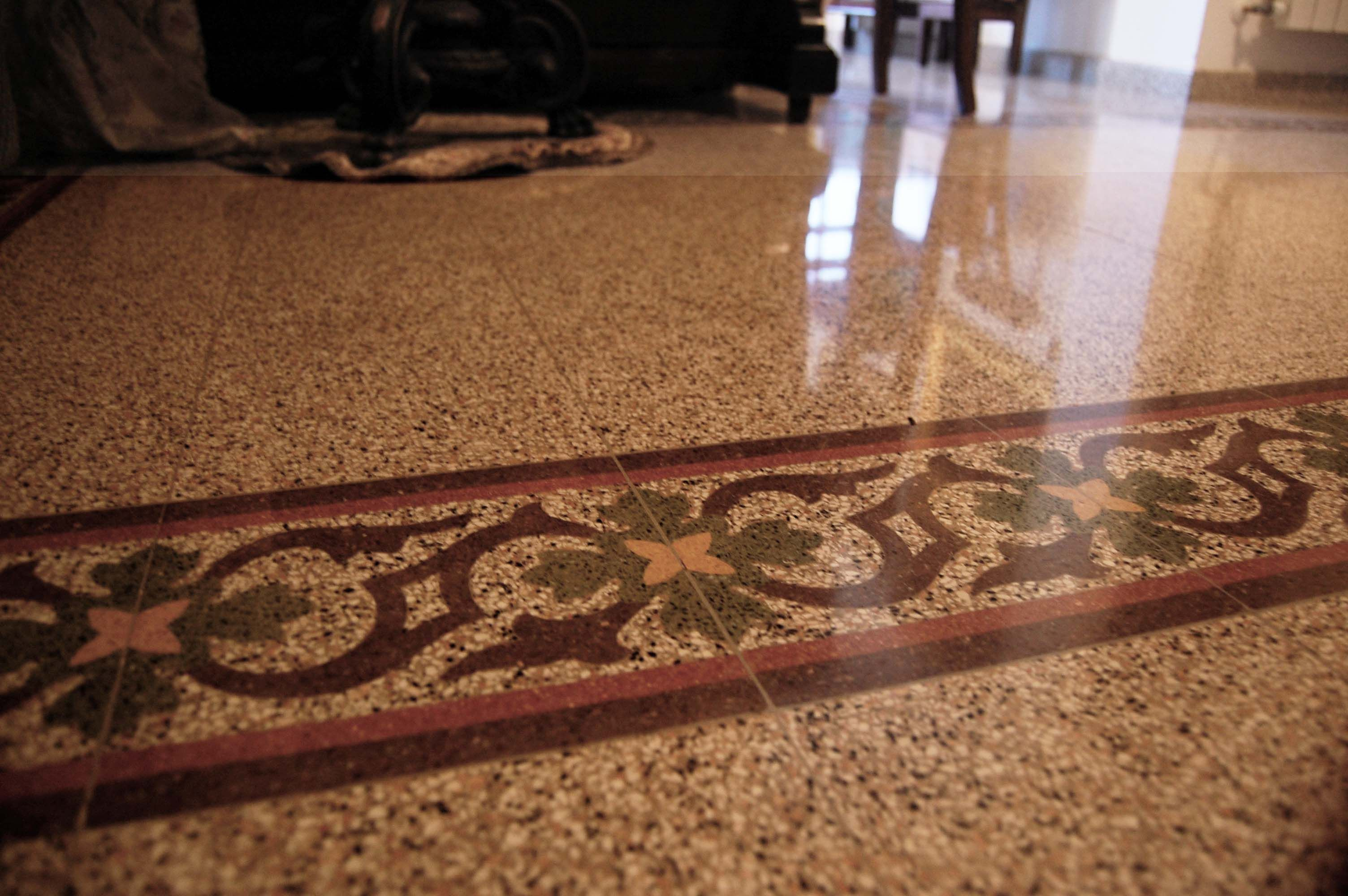 Pavimentazione interna con mattonelle in graniglia decori