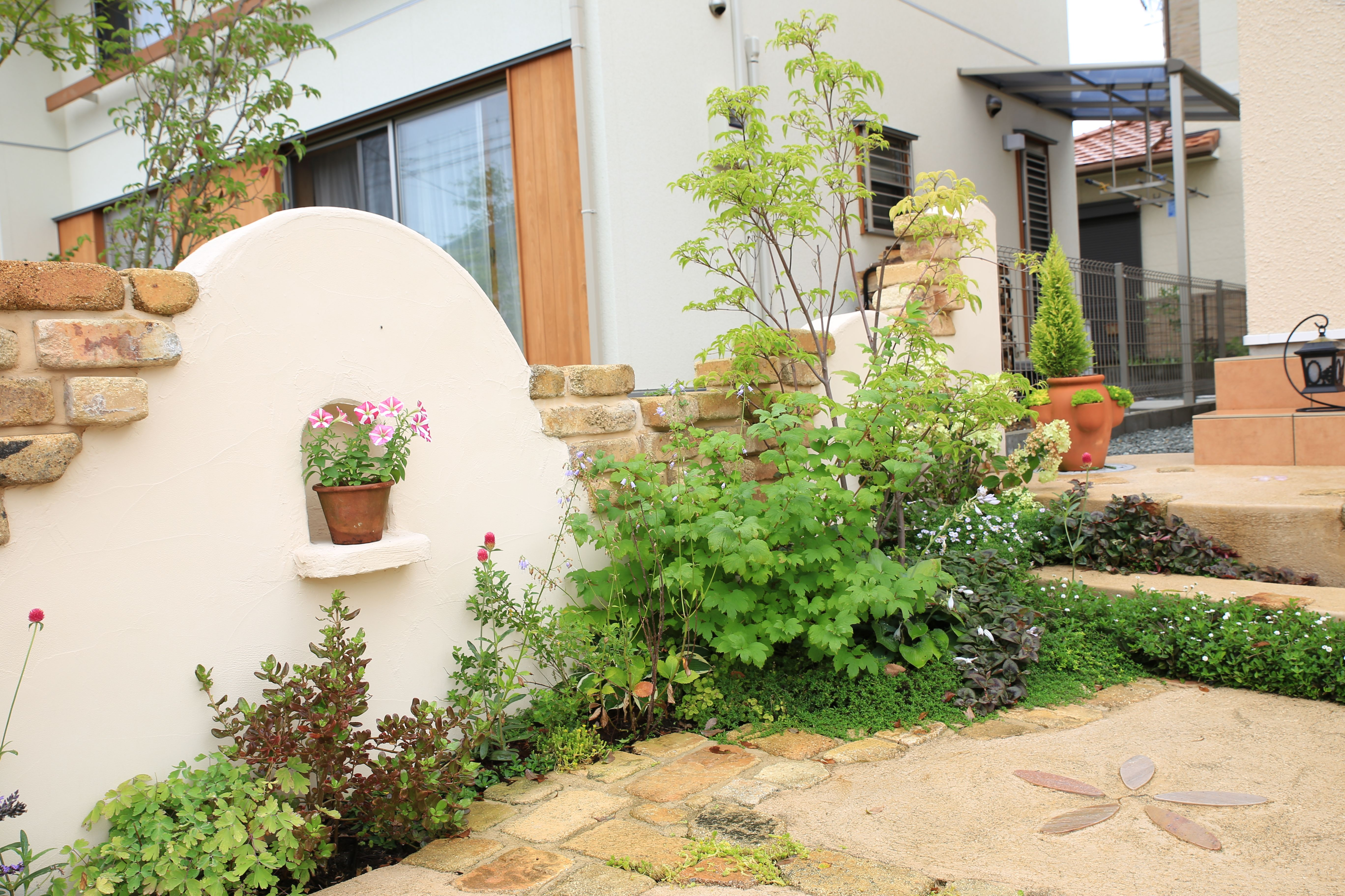 可愛らしいピンクの塀 庭 アンティークレンガ ガーデニング