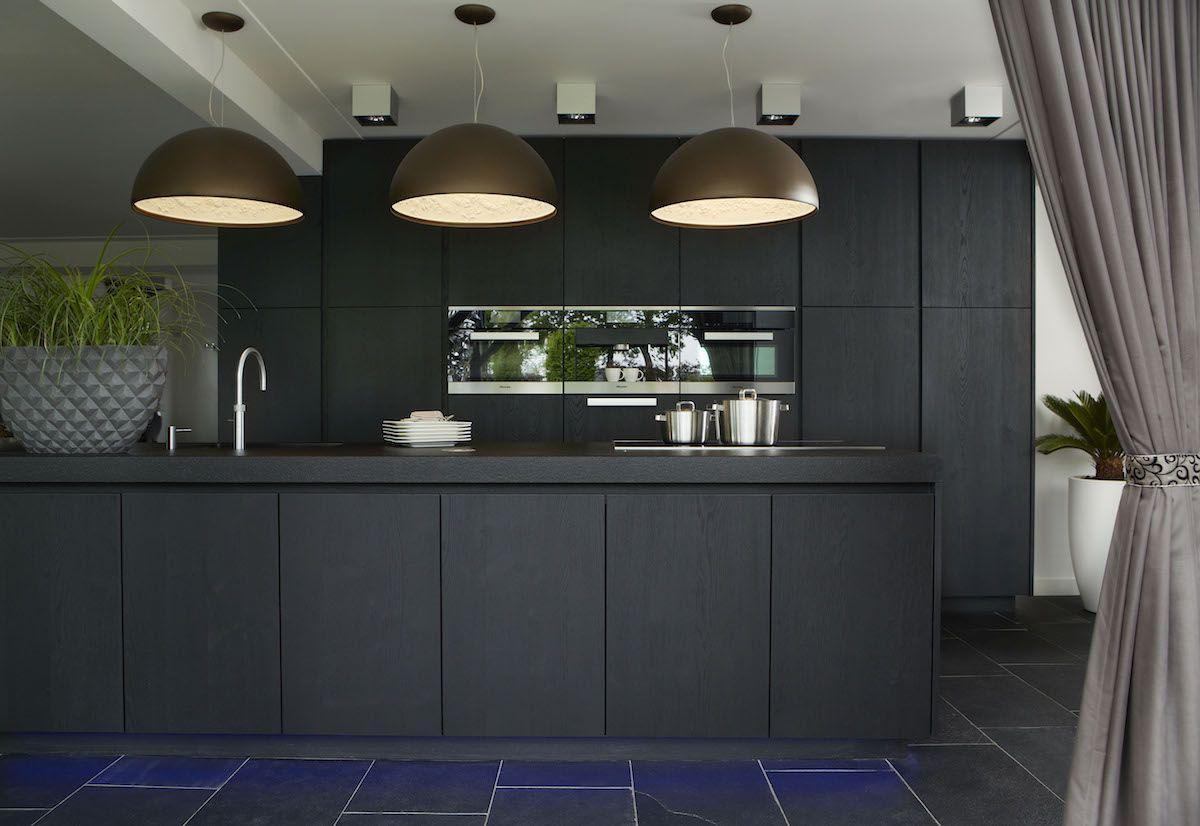 Zwarte designkeuken met kookeiland en inbouwapparatuur van miele via harold lenssen keukens - Zwarte houten keuken ...