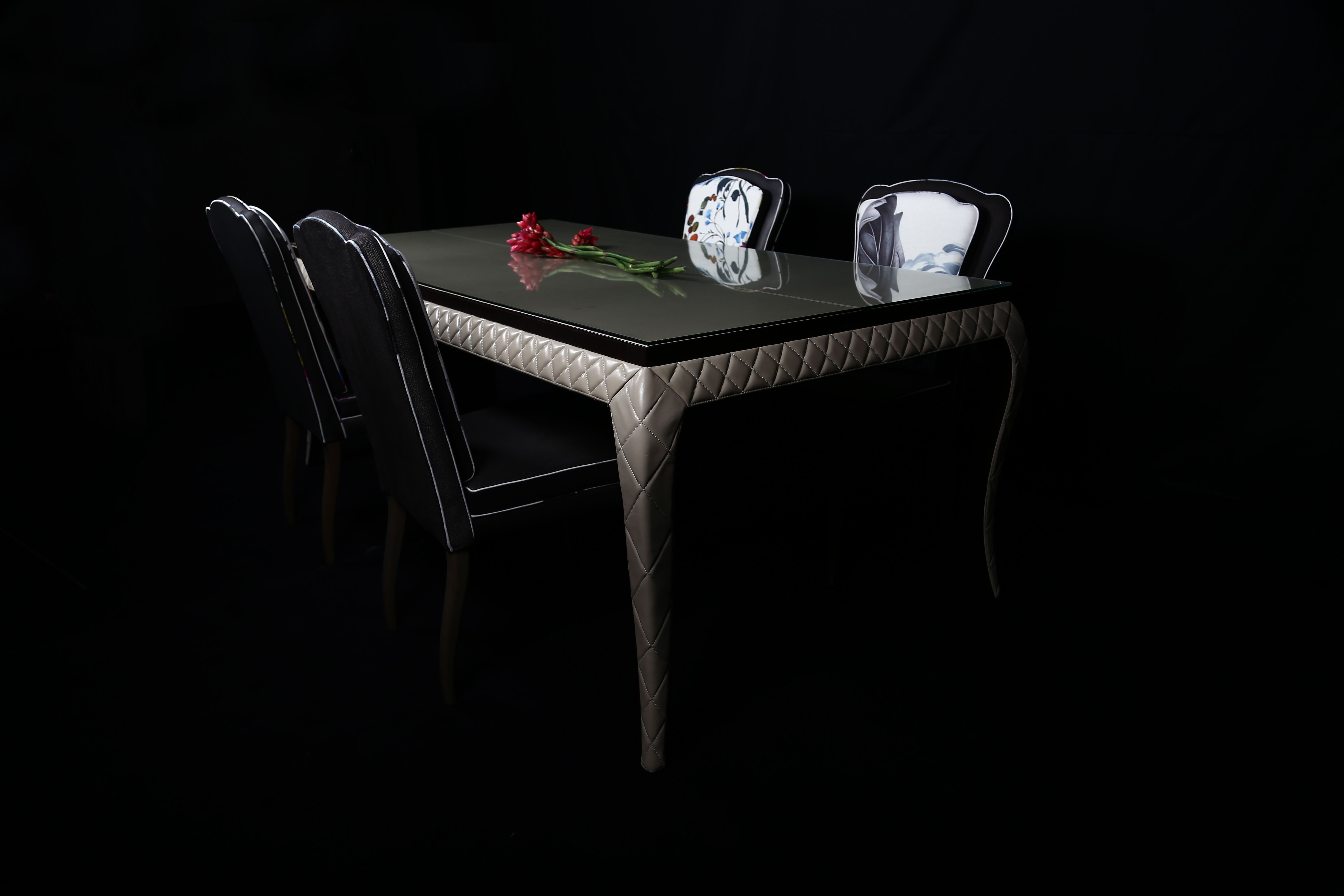 Faça desta mesa o seu reino. Partilhe com ela as histórias que suportam a vida.