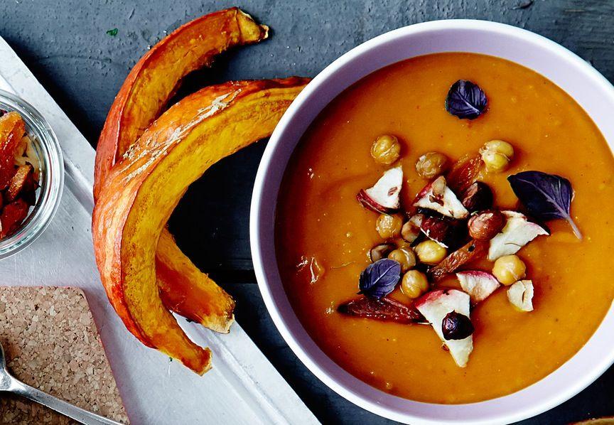 Lämmittävä hokkaidokurpitsakeitto ja päälle kikherne-omena-hasselpähkinämurua.