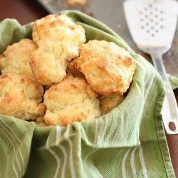 White Cheddar Garlic Biscuits-Just like the ones from a national seafood restaurant chain....