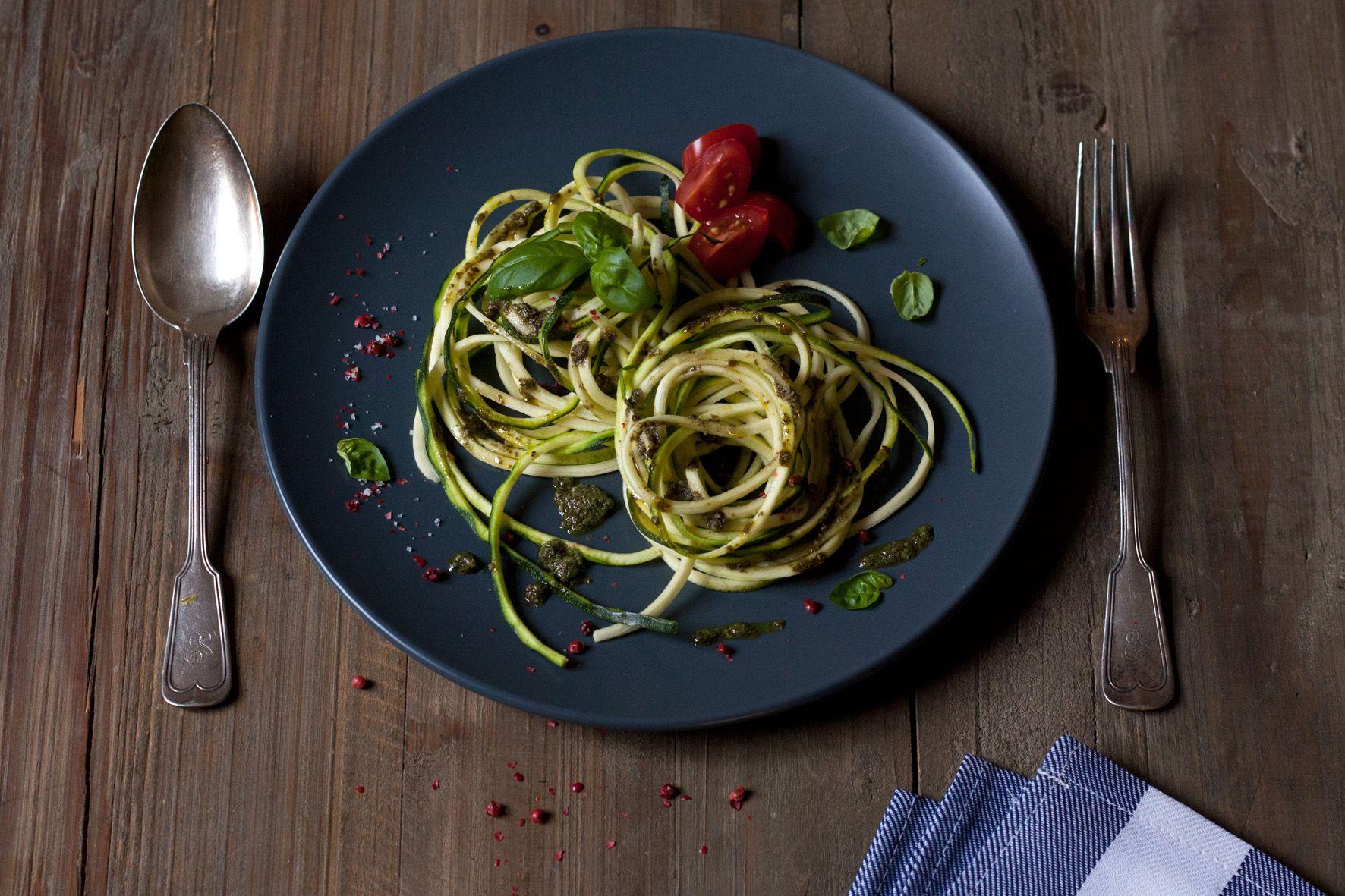 Wenn es ganz schnell gehen muss: Zucchini-Pasta mit Pesto von Denise Renee