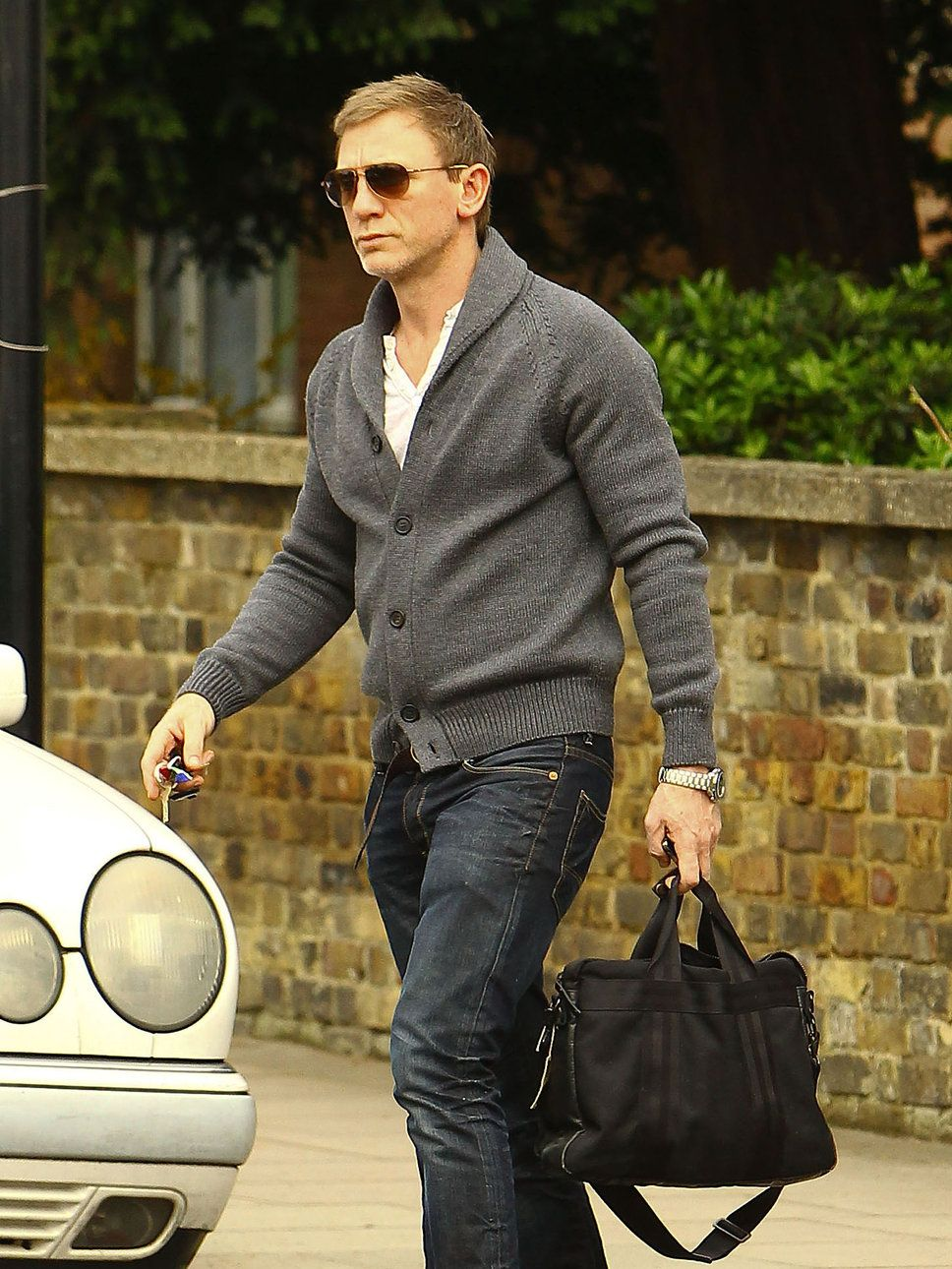 Daniel Craig Sweater Sunglasses Bag Photo Posh24 Com ダニエルクレイグ ダニエル クレイグ