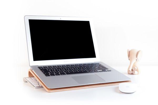 Laptop Stand en Madera en Diseño Industrial Served  http://www.industrialdesignserved.com/gallery/Laptop-Stand-in-Wood/15466759